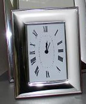 Посребрен настолен часовник