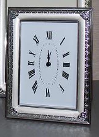 Посребрен настолен часовник с орнаменти